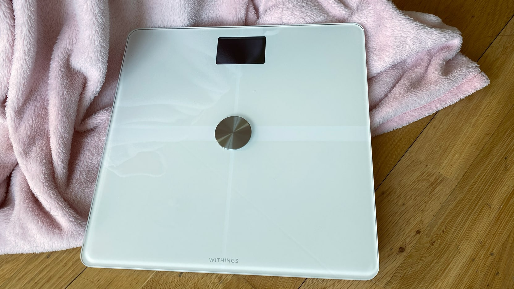 Picture of the white Withings Body+ on the floor