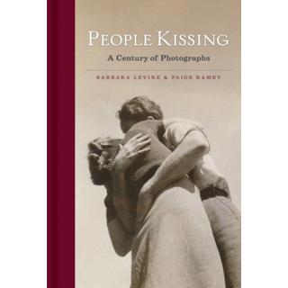 People Kissing: A Century of Photographs (Bog, Hardback)